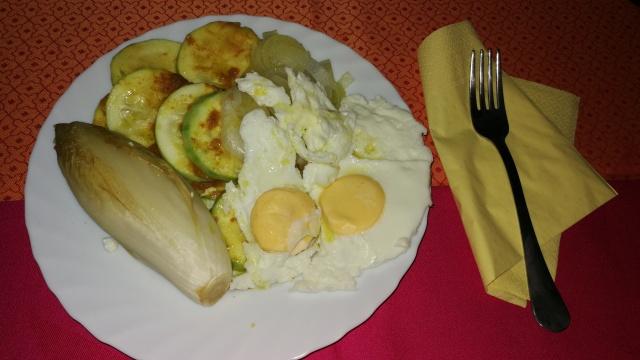 Plat de desdejuni compost de: dos ous al papilote, endívia, carabasseta i ceba.